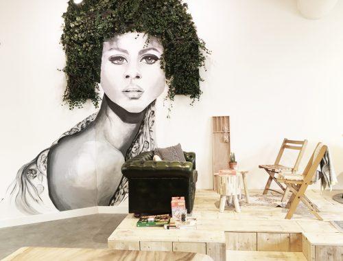 Lot & Daan, muur met vrouw, planten in het haar