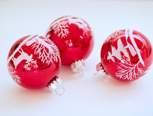 kerstballen in de lucht